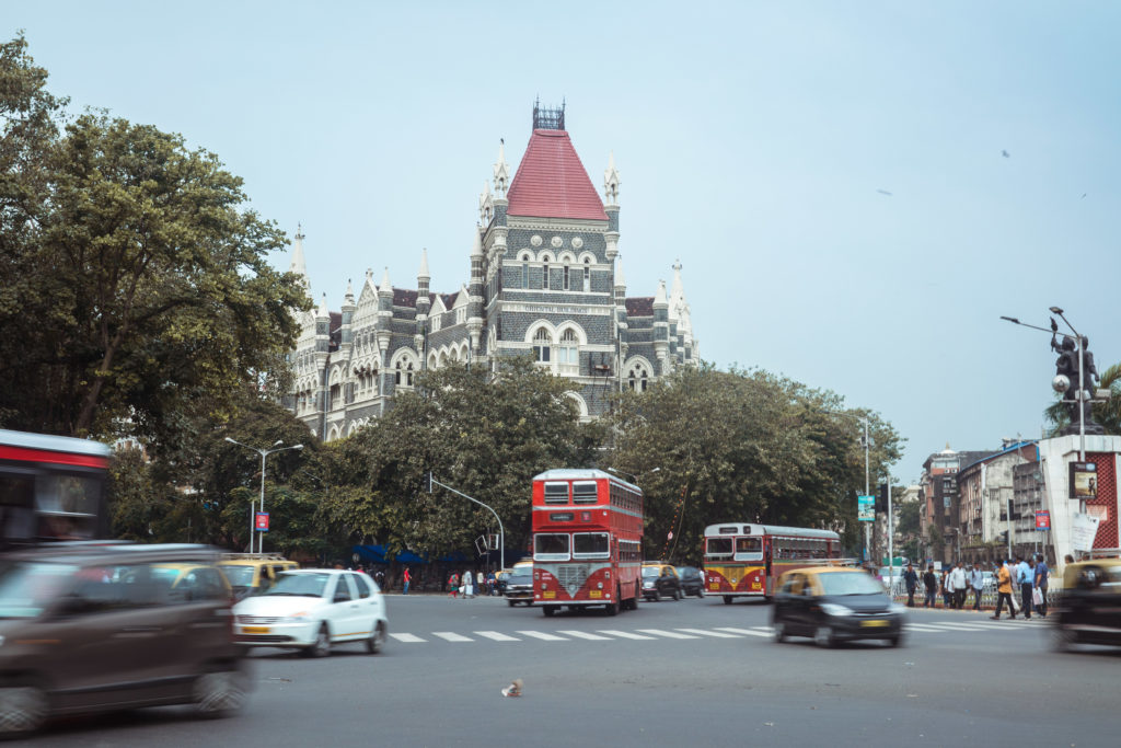 Súčasťou Mumbai je aj rušná doprava a poschodové autobusy