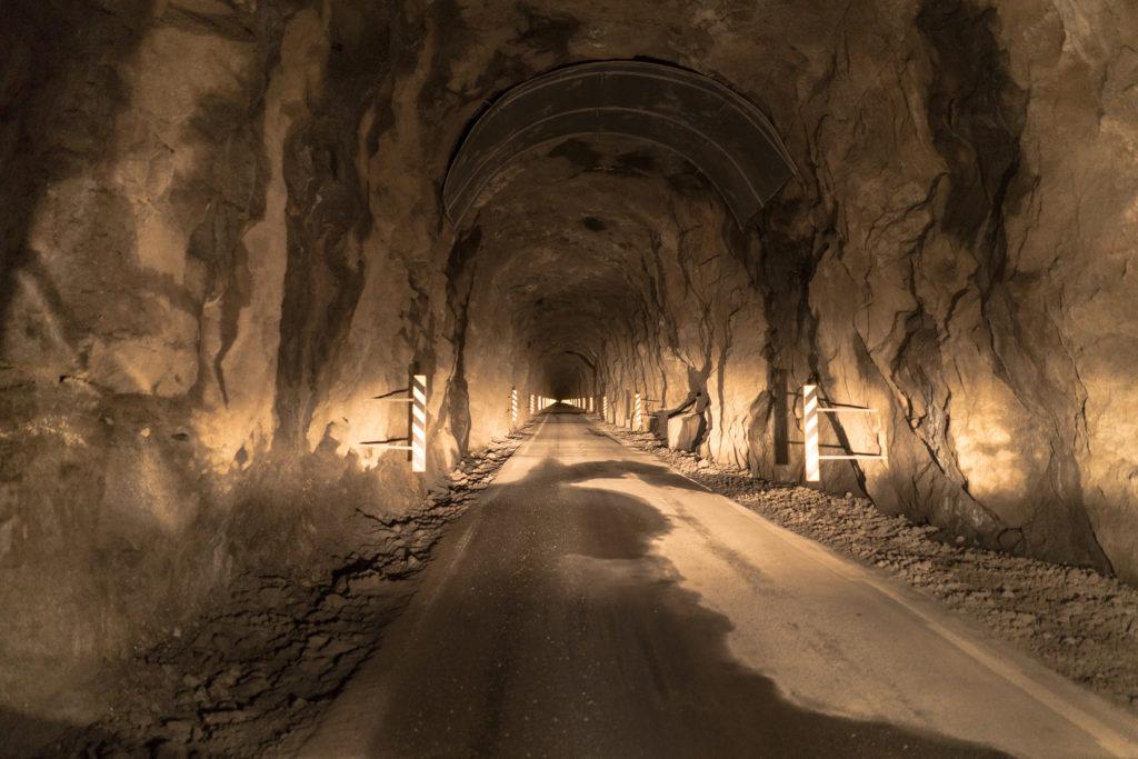Faerské ostrovy - tunel prerazený cez horu na ostrove Kalsoy