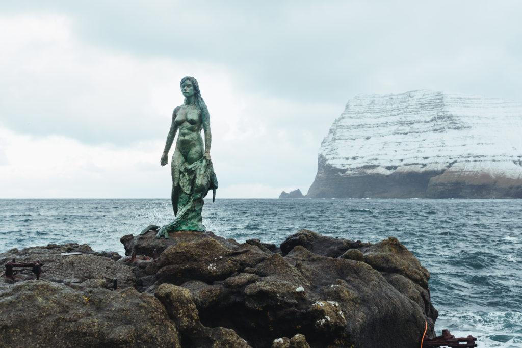 Faerské ostrovy - socha tulenej ženy na ostrove Kalsoy