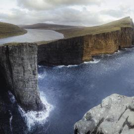 Faerské ostrovy - jazero Sorvagsvatn na útese nad Atlantikom