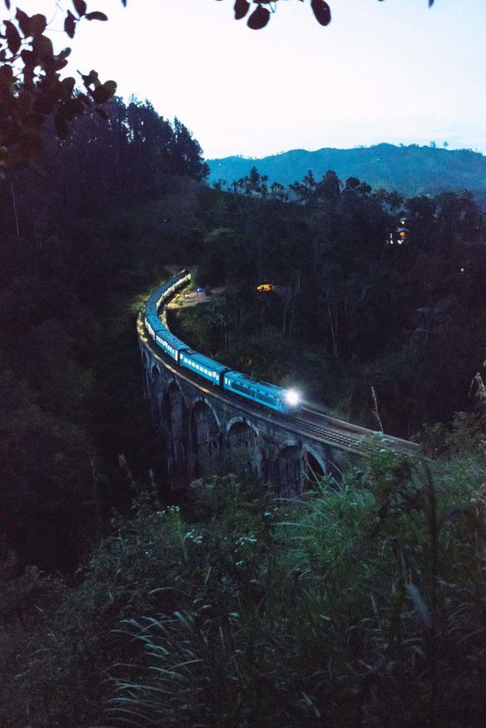 Vlak prechádzajúci cez most Nine Arches Bridge