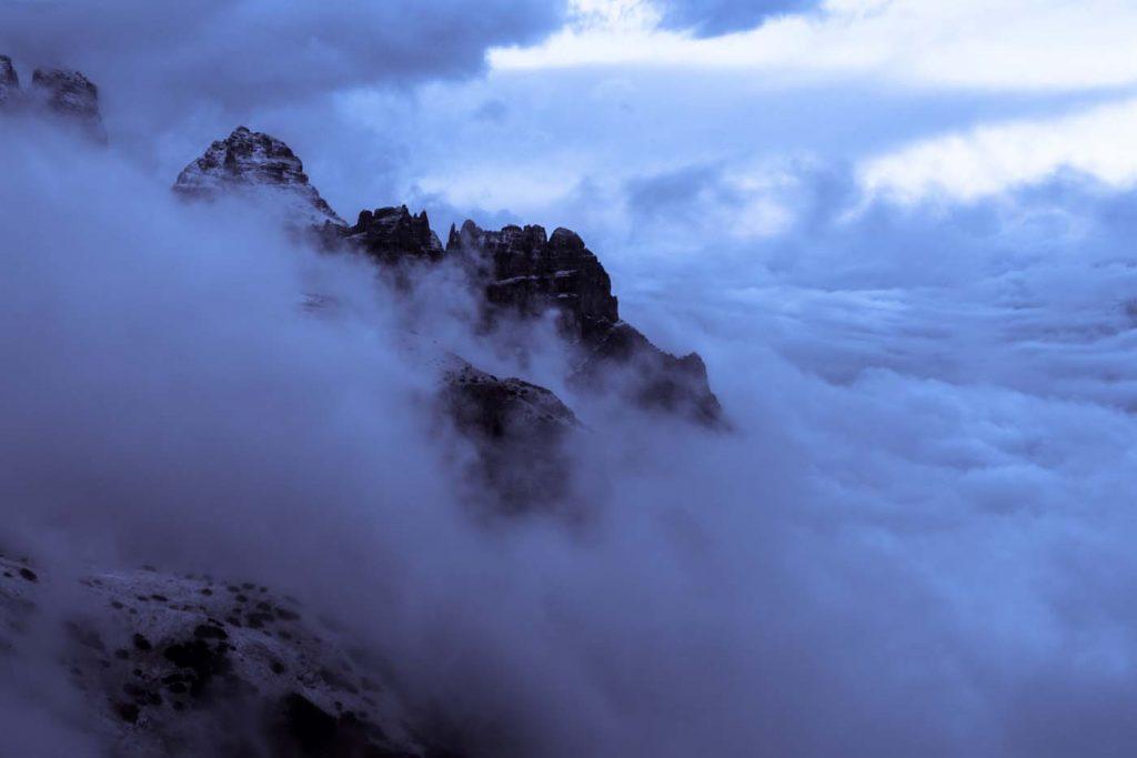 Prevaľujúca sa hmla v horách