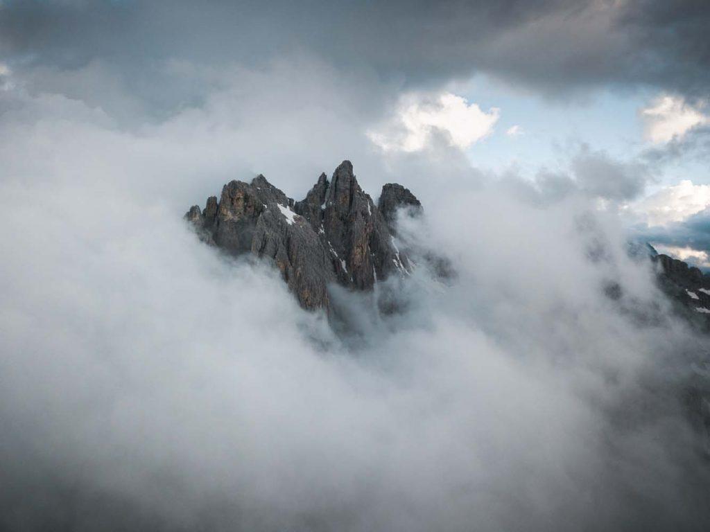 Vrcholy hôr vynárajúce sa z hmly