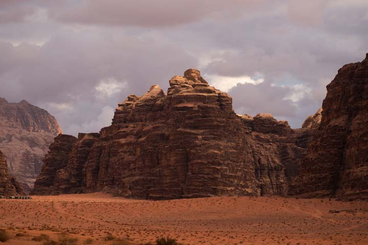 Západ slnka v púšti Wadi Rum