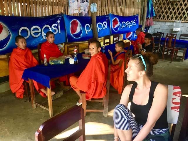 Novisi sú mladí mnísi, ktorí boli počas Aničkinej návštevy veľmi hanblivý