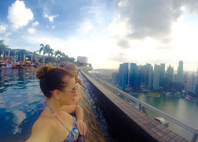 Bazén v Marina Bay Sands s výhľadom na Singapur.