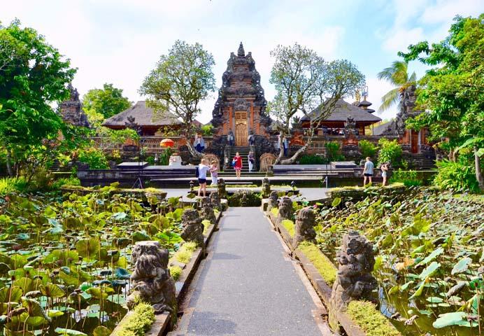 Pura Saraswati, vodný chrám, obkolesený jazierkom s množstvom lekien