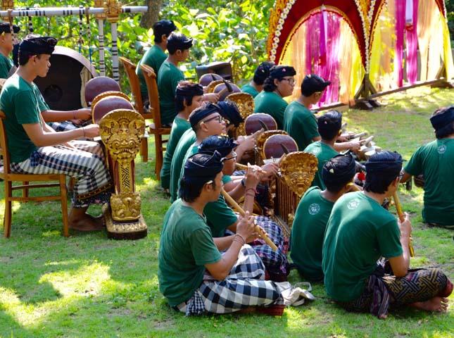 Každovečerné predstavenia balijského tanca za hudby tradičného gamelan orchestra.