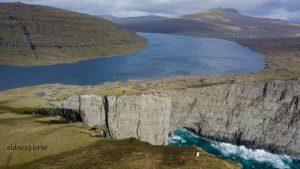 Najznámejšie miesto na Faerských ostrovoch, jazero Sørvágsvatn.