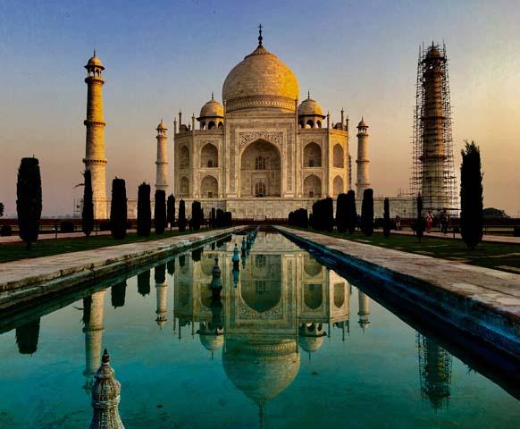 Taj Mahal, meniaci farby počas dňa.