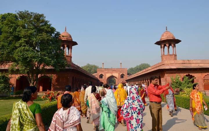 Taj Mahal a jeho miestna mešita.