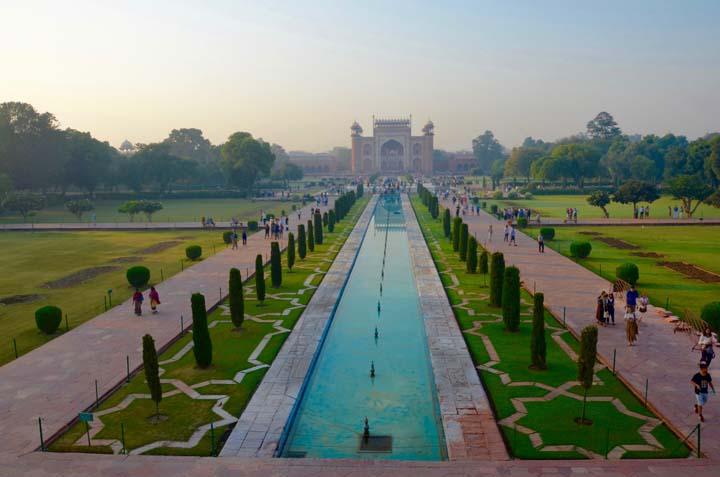 Taj Mahal, ktorý obklopujú záhrady.