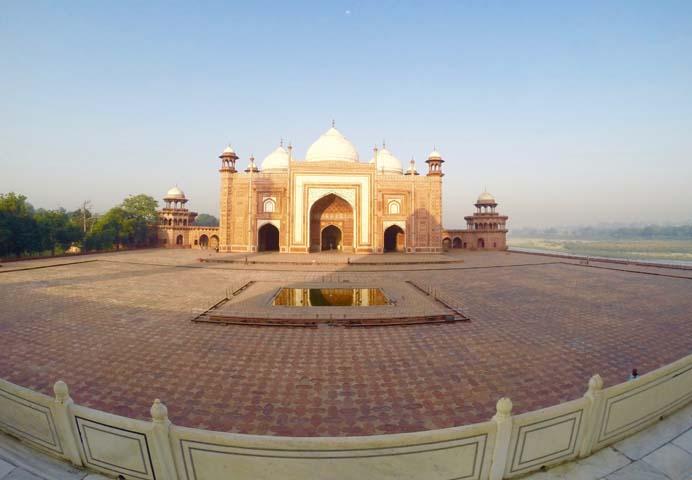 Taj Mahal za východu slnka.