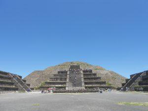 Mexiko a Teotihuacán, ktorý leží v nadmorskej výške 2200 metrov