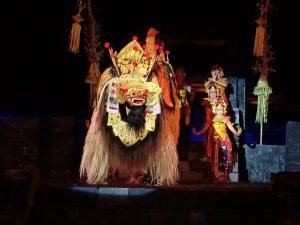 Yogyakarta a chrám Ratu Boko s prebiehajúcim tradičným vystúpením