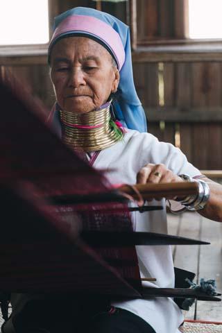 Ženy z horského kmeňa Kayan na svojich krkoch nosia železné obruče vážiace v priemere cca 5kg, ktoré majú nasadené po celý život.