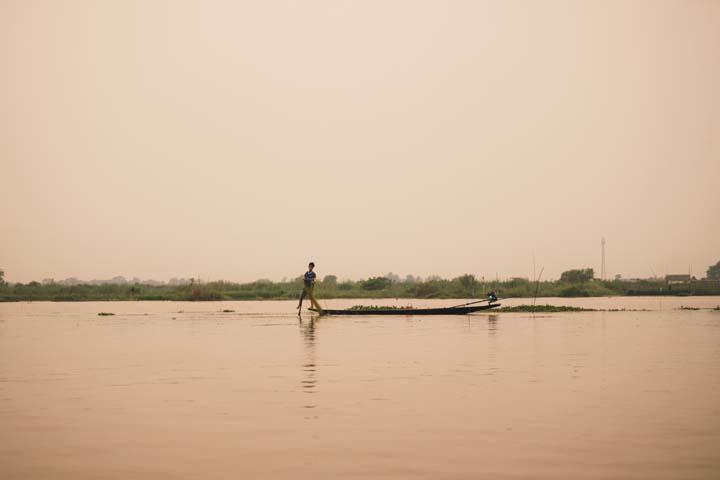 Rybári na jazere Ihne lake sú vďaka štýlu lovu svetovou raritou. Aby mali pri love voľné ruky, pádlujú nohou.