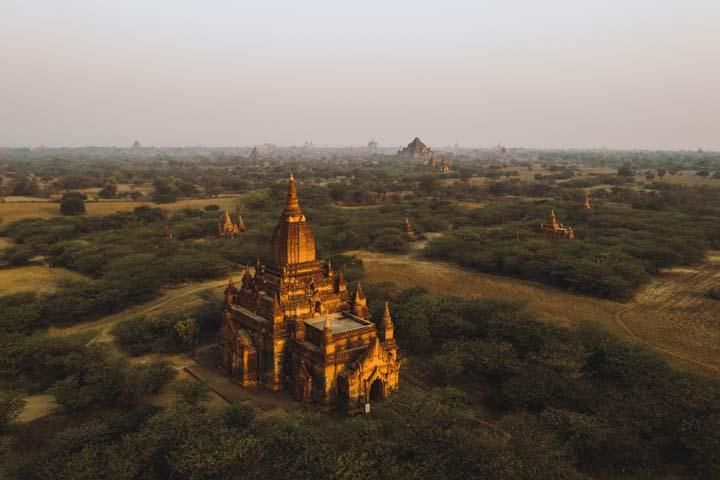 Bagan, alebo ako sa predtým nazýval, Pagan bol hlavným mestom Myanmarska v 9. - 13. storočí. Kedysi sa tu nachádzalo viac ako 10 000 pagod, no územie postihlo niekoľko ničivých zemetrasení a dnes ich je tu už len približne 2000.