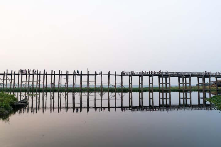 U Bein Bridge je najdlhším mostom na svete vybudovaný z tykového dreva. Bol postavený už v roku 1850 a na dĺžle 1 200metrov 1086 pilierov.