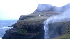 Faerské ostrovy a vodopád Gasadalur.
