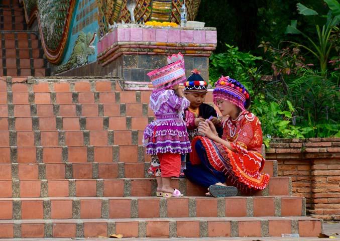 Tradičné pestrofarebné kroje Hmongov