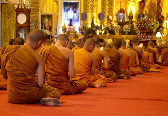 Procesia mníchov v chráme Wat Chedi Luang