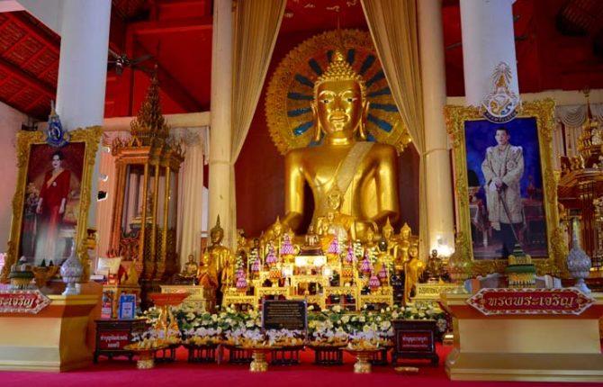 Bohato zdobený budhistický chrám v Chaing Mai