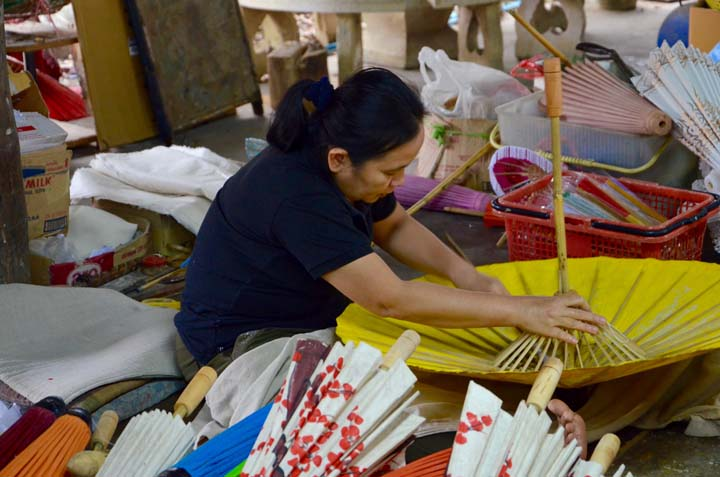 Tradičná výroba ručne maľovaných papierových dáždnikov
