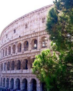 Rím: Koloseum slúžilo na gladiátorské zápasy, dokým v roku 404 po Kr. boli gladiátorské zápasy zakázané.