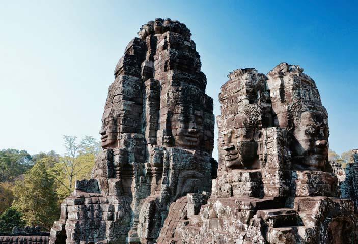 Pre Angkor Thom sú typické v skalách vyobrazené obrovské tváre.