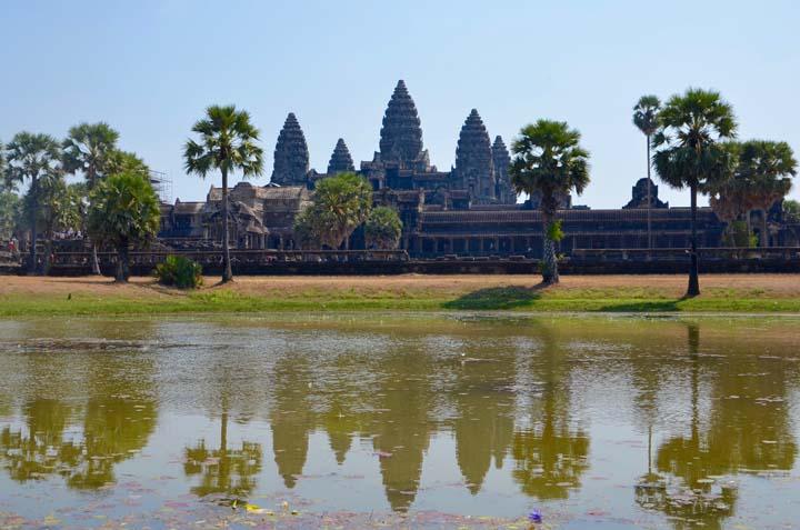 Angkor Wat, chrám z 12. storočia je doslova symbolom Kambodže, vyobrazený dokonca aj na štátnej vlajke.
