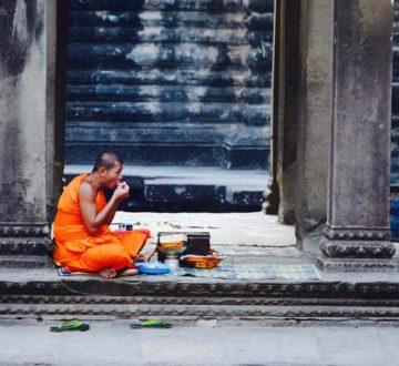 Budhistickí mnísi v komplexe Angkor.