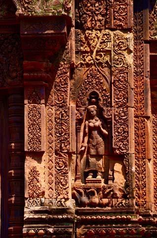 Banteay Srei je sýtočervená pieskovcová stavba s detailne prepracovaným zdobením