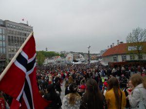 17. mája Nórsko oslavuje Deň ústavy a mestá sú plné ľudí a Nórskych vlajok.