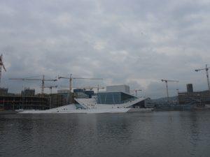 Oslo a budova opery, ktorá sa nachádza sa na fjorde Oslofjord. Táto budova vyhrala kultúrnu cenu na World Architecture festival v Barcelone v roku 2008.