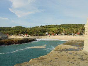 Ďalšie pláže v tejto časti, ktoré stoja za to sú Klayar či Sedahan, ktoré sa nachádzajú medzi dvomi skalami, ktoré rozbíjajú obrovské vlny.