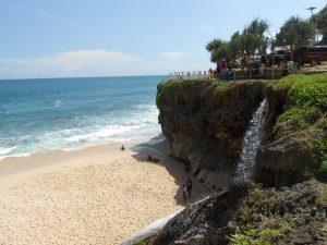 V časti Pacitan, ktorá sa nachádza už vo východnej Jáve a je vzdialená asi tri hodiny od Yogyakarty ležia rozhodne tie najkrajšie pláže. Na pláž Banyu Tibo sa schádza po rebríku a nachádza sa na na nej aj vodopád.
