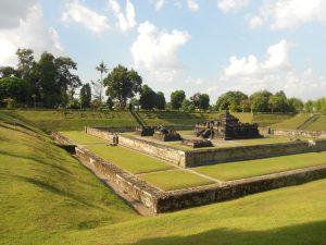 Candi Sambisari je hinduistický chrám, ktorý bol pokrytý popolom z najbližšej sopky Merapi a bol objavený farmárom, ktorý pracoval na poli.
