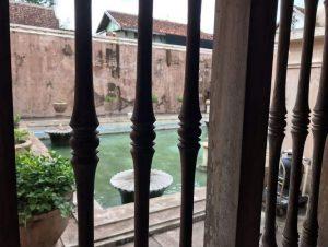 Neďaleko paláca Kraton sa nachádza vodný palác Tamansari, ktorý slúžil ako kúpele či záhrada pre sultána a jeho rodinu.