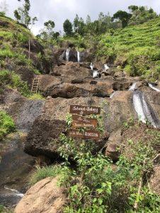 Vodopád Kedung Kandang, ktorý sa nachádza asi hodinu a pol cesty na motorke od Yogyakarty uprostred ryžových polí.