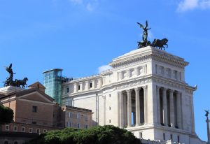 Obrovská stavba, skrášľujúca Rím, sa nachádza hneď z známym Forum Romanum.