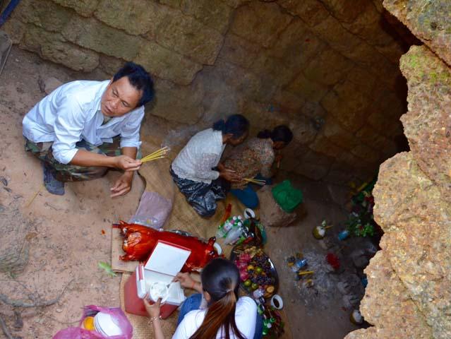 Neak Poan je malý budhistický chrám uprostred jazera Jayatataka kde sa v blízkej jaskyni začali schádzať miestni.