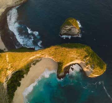 Pláž Kelingking beach pripomínajúca T-Rexa