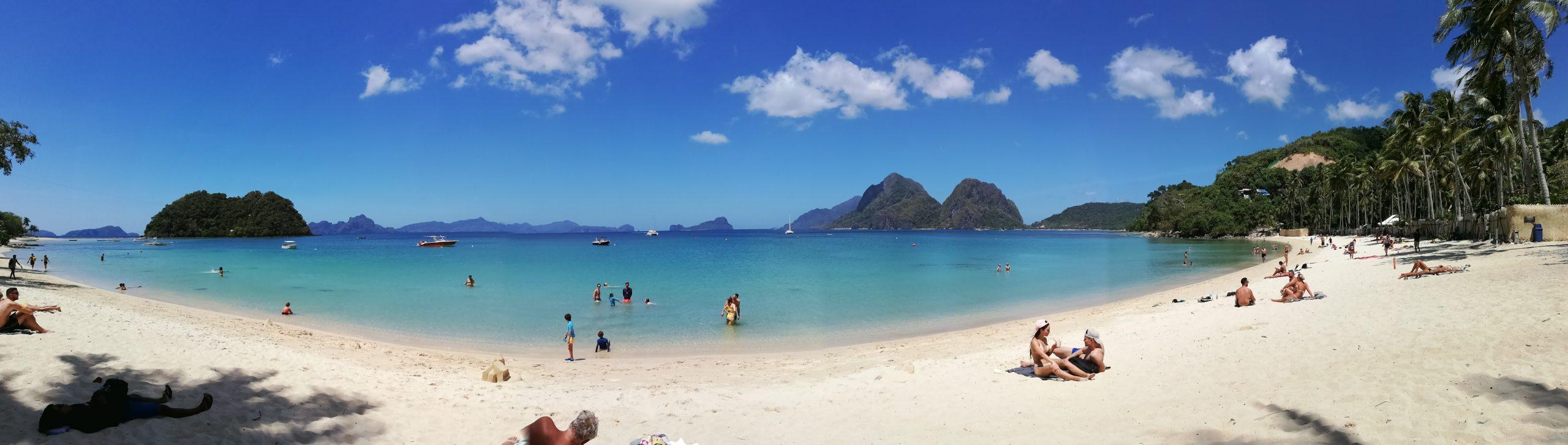 Filipíny a Las Cabaňas beach: málo ľudí, krásna, modrá, čistá vodička, vysoké teploty a mladé kokosy na každom rohu.