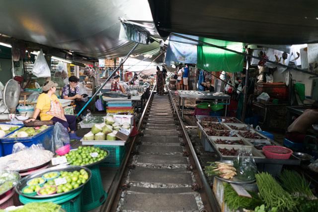 Thajsko - Trh ležiaci na vlakovej trati