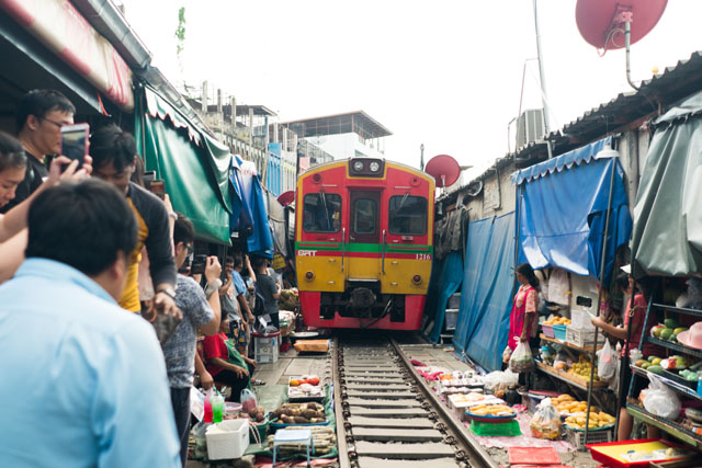 Železničná trať pretínajúca dedinu Maeklong