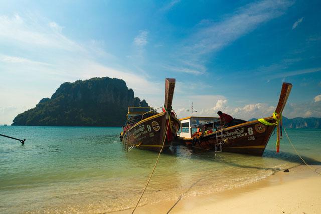 Thajsko a loďky premávajúce medzi ostrovmi
