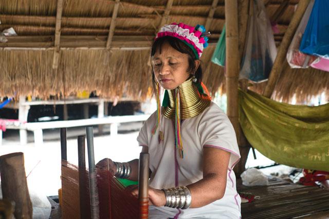 Železné obruče na krku ženy z rodu Kayan