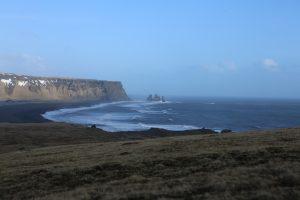 pláž Reynisfjara, ktorá je známa tým, že je najnebezpečnejšia
