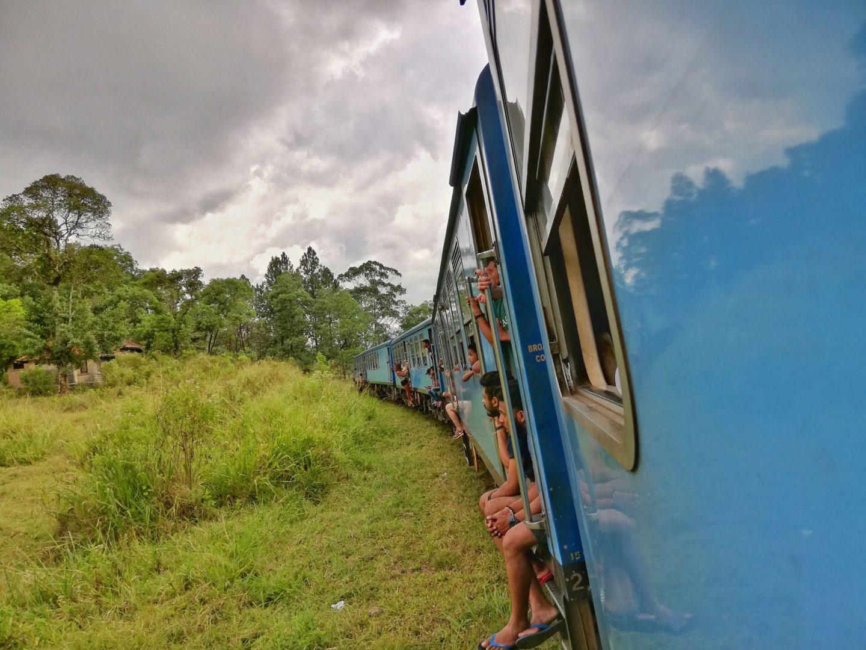 srí lanka: jazda vlakom cez čajové plantáže